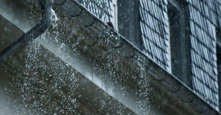 Starkregen kann zu Schäden führen. Ob Mieter oder Vermieter dafür aufkommen, hängt von verschiedenen Faktoren ab.
