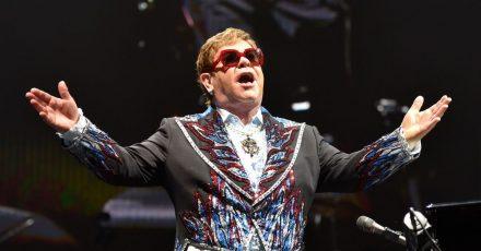 Elton John setzt seine Farewell-Tour 2022 fort.