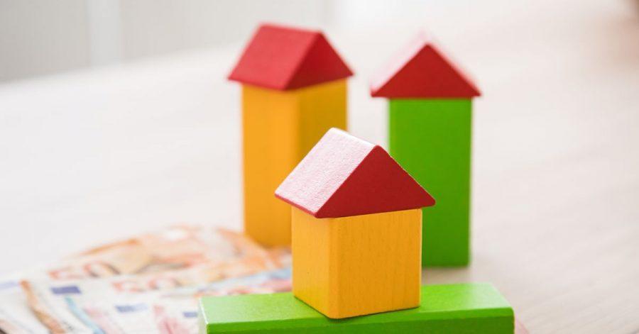 Beim Immobilienkauf fallen auch Steuern an. Wer ein unbebautes Grundstück kauft, zahlt mitunter auch für die Erschließungskosten. Ist das rechtens?