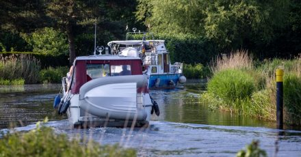 Motorboote sind auf dem Störkanal Richtung Schweriner See unterwegs. Freizeit auf dem Wasser in Deutschland liegt im Trend. Allerdings hinkt die Infrastruktur.