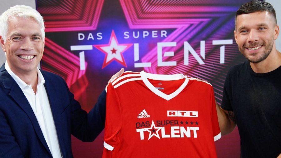 Henning Tewes, Geschäftsführer RTL Television & Co-Geschäftsleiter TVNow mit Fußball-Weltmeister Lukas Podolski (r.). (hub/spot)