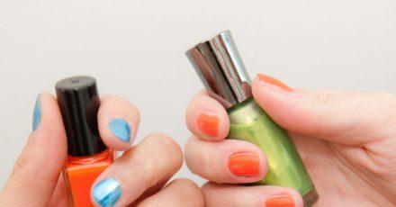 Passend zum Sommer können Sie auffällige Nagellack-Farben ausprobieren.