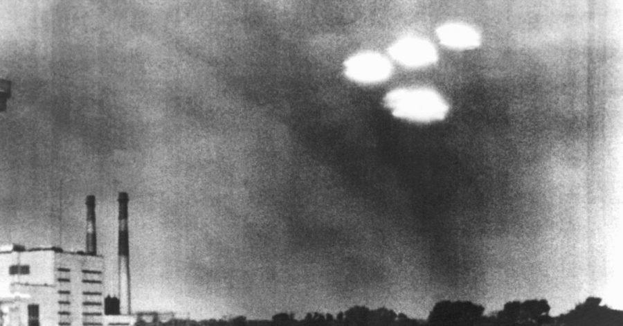 Vier in Formation fliegende «Objekte» über der Stadt Salem im US-Bundesstaat Massachusetts aufgenommen im Jahr 1952.