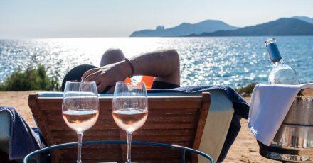 Chillen am Strand Es Codolar: Das Lifestyle-Urlaubsziel Ibiza wartet auf Gäste.