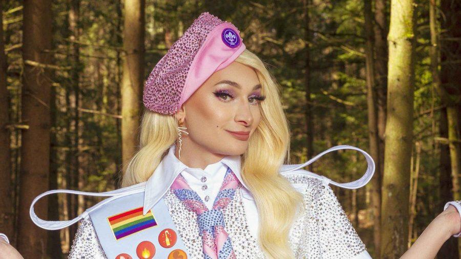 """Dragqueen Candy Crash ist Camp-Leiterin in der neuen Joyn-Show """"#offline im Wald"""".  (amw/spot)"""