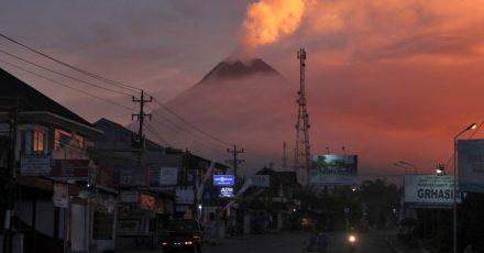 Eine Aschewolke ist über dem Vulkan Merapi zu sehen. Der Vulkan Merapi auf der indonesischen Insel Java ist wieder ausgebrochen und hat eine einen Kilometer hohe Aschewolke in die Luft geschleudert.