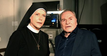 Schwester Hanna (Janina Hartwig, l.) und Bürgermeister Wöller (Fritz Wepper, r.) in der letzte Folge der Familienserie «Um Himmels Willen».