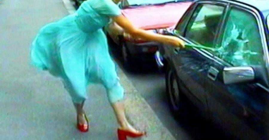 Die Videoinstallation «Ever is Over All» (1997) von Pipilotti Rist.