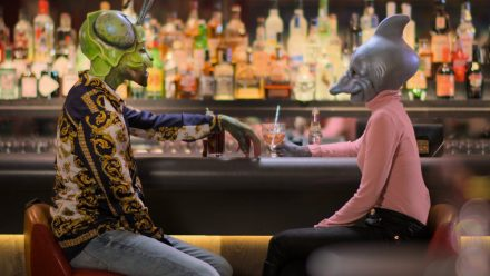 "Grashüpfer trifft Delfin zum ersten Date an der Bar: Ganz normal in der neuen Datingshow ""Sexy Beast"".  (mia/spot)"