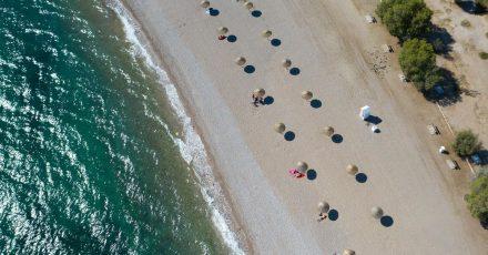 An einem Strand südlich von Athen stehen Sonnenschirme für Strandbesucher bereit. (Symbolbild)