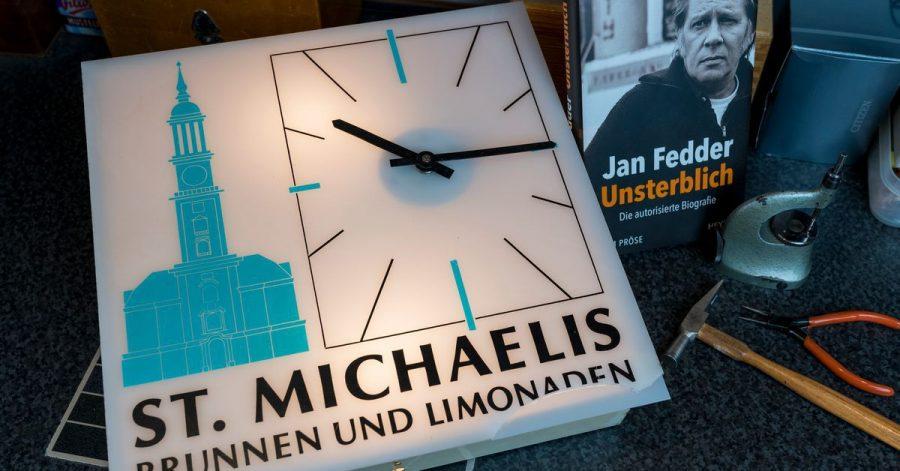 Eine Küchenuhr aus dem Nachlass des 2019 gestorbenen Hamburger Schauspielers Jan Fedder.
