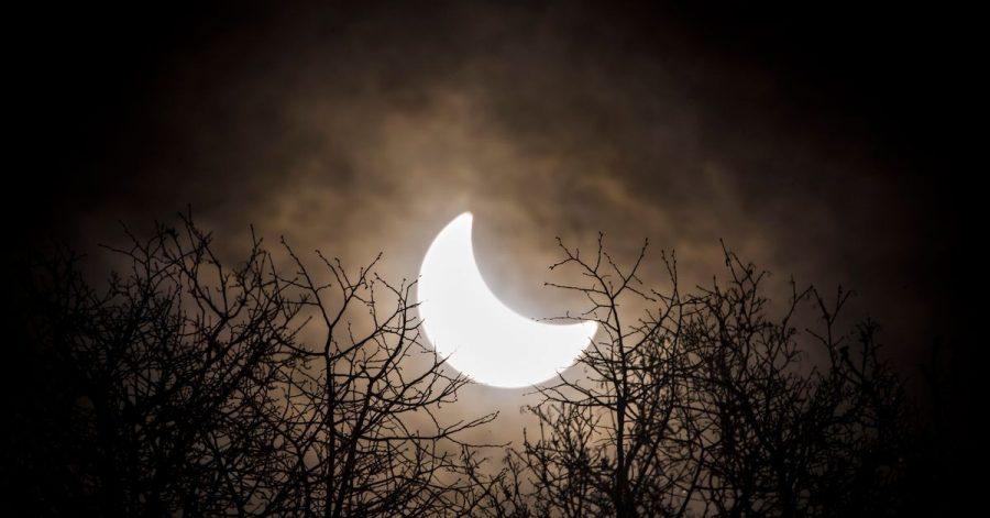 Der Mond hat sich vor die Sonne geschoben. Erstmals seit sechs Jahren ist am 10. Juni über Deutschland wieder eine partielle Sonnenfinsternis zu sehen.