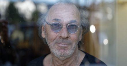 Hugo Egon Balder, Fernsehmoderator, Fernsehproduzent, Musiker, Schauspieler und Kabarettist, sitzt bei einem dpa-Gespräch in einem Restaurant.