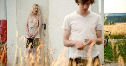Die Zwillinge Elena (Julia Zange) und Robert (Josef Mattes) gehen eine bizarre Wette ein.