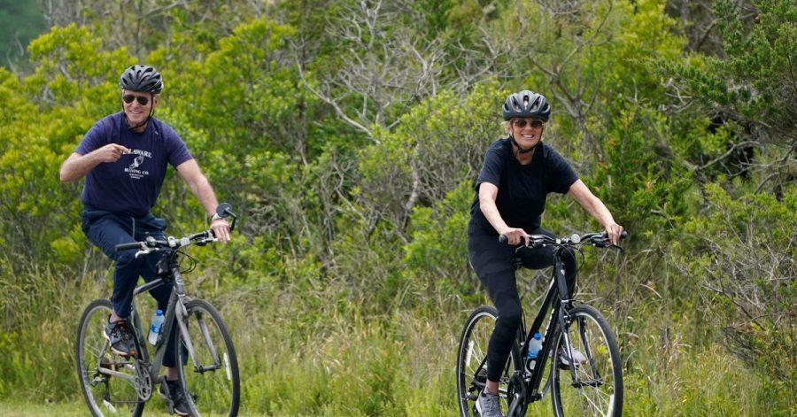 Ganz entspannt:Joe und Jill Biden machen eine Fahrradtour in Rehoboth Beach.