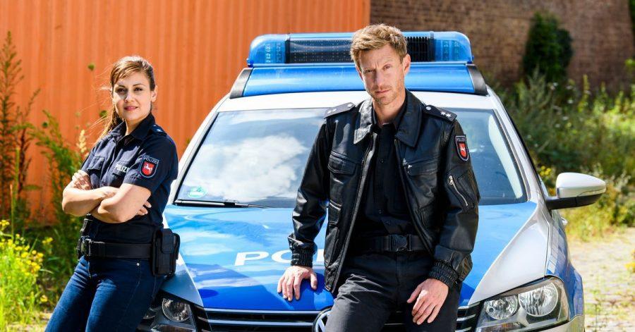 Die Polizisten Süher Özlügül (Sophie Dal) und Henk Cassens (Maxim Mehmet) ermitteln im hohen Norden.