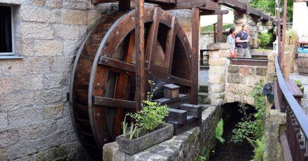Das Mühlrad der historischen Mühle in Schmilka dient heute nur noch Anschauungszwecken.