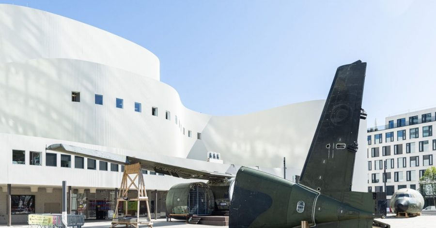 Teile einer Transall vor dem Düsseldorfer Schauspielhaus. Die Installation der  Künstlergruppe Raumlabor dient als Kulisse für die Freiluftveranstaltungen.