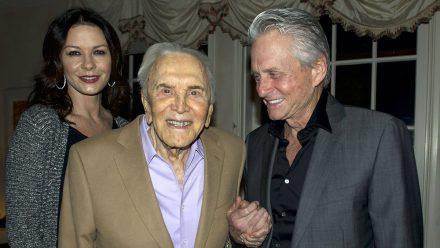 Catherine Zeta-Jones mit Kirk Douglas und Ehemann Michael.