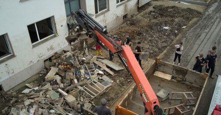 Ein Baukran arbeitet bei Aufräumarbeiten nach der verheerenden Flut.