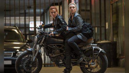 Scarlett Johansson (l.) trifft als Natasha Romanoff Florence Pugh alias Yelena Belova wieder. (wag/spot)