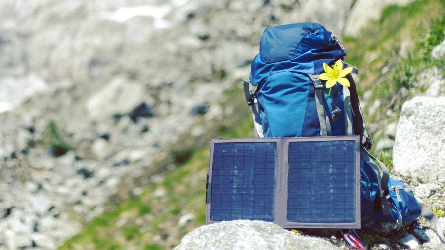 Fernab von der Steckdosen-Zivilisation sind tragbare Solarpanels praktisch. (elm/spot)
