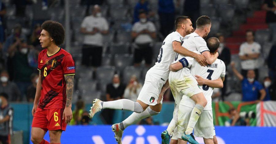 Während Italiens Spieler in München den Halbfinal-Einzug feiern, schaut Belgiens Axel Witsel (l) enttäuscht drein.