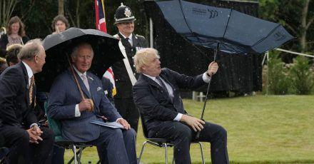 Prinz Charles (2.v.r) und Premierminister Boris Johnson (r) bei der Enthüllung des britischen Polizeidenkmals an der Gedenkstätte National Memorial Arboretum.