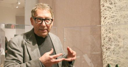 Stuart Weitzman in seiner Ausstellung mit historischen Schuhen.