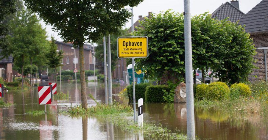 Straßen in Ophoven, einem Stadtteil von Wassenberg (Kreis Heinsberg), sind überflutet. Die niederländischen Behörden haben die Bitte des Bürgermeisters des nordrhein-westfälischen Orts zum Öffnen der Schleusen der Rur in Roermond abgewiesen.