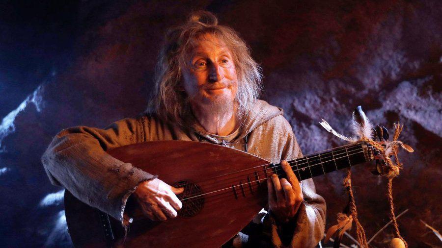 Otto Waalkes als Zeitreisender Catweazle - auch er musiziert offenbar gern.  (spot)
