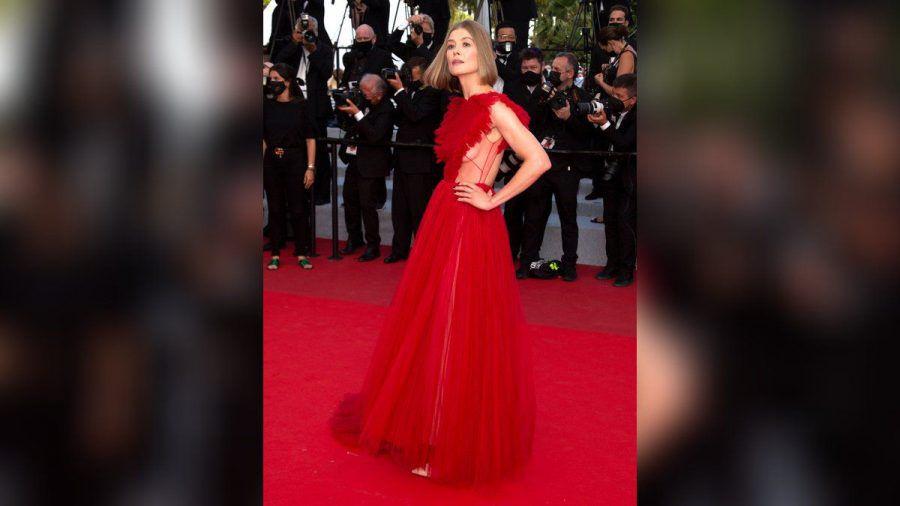 Rosamund Pike in ihrer aufregenden Cannes-Robe. (jom/spot)