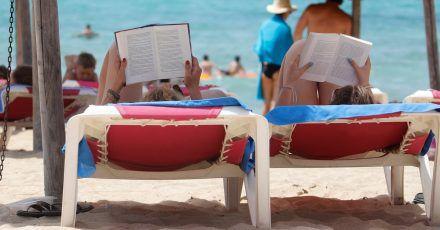 Endlich Ferien. Jetzt fehlt nur noch der richtige Sommerroman.