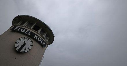 Wolken ziehen über die Pegeluhr hinweg. In Nordrhein-Westfalen drohen in den nächsten Tagen Gewitter und Schauer.
