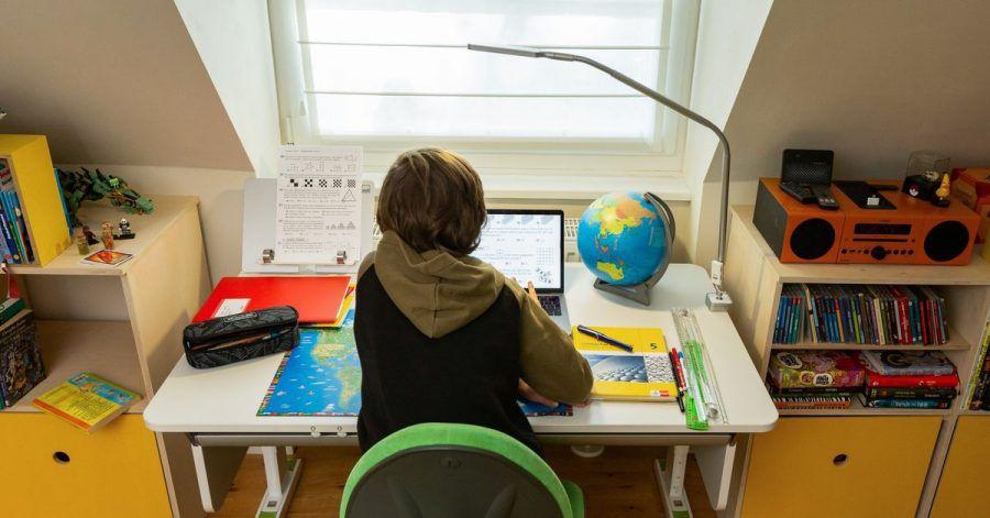 Auch ein aufgeräumter Arbeitsplatz mit guter Lichtquelle ist eine Voraussetzung für richtiges Lernen. Denn wer seine Arbeitsmaterialien nicht mittendrin zusammensuchen muss, kann ohne Unterbrechung konzentriert lernen.
