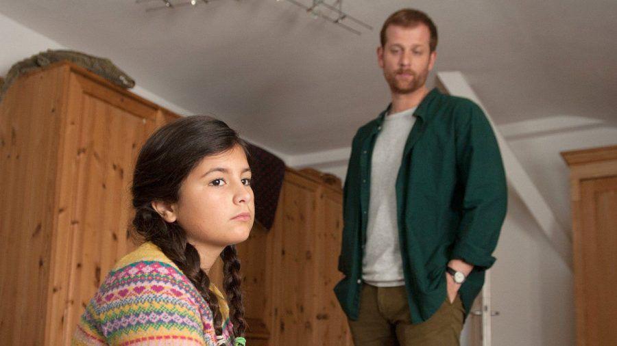 """""""Käthe und ich: Das Findelkind"""": Paul (Christoph Schechinger) kümmert sich um Jules Tochter Greta (Lou Piedayesh). (cg/spot)"""