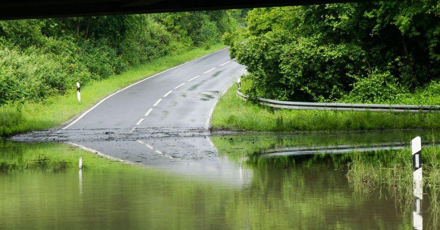 Sie fahren ein Amphibienfahrzeug? Dann könnten Sie überlegen, hier nicht umzukehren. Pkw-Fahrer aber meiden überflutete Straßen und Unterführungen besser.