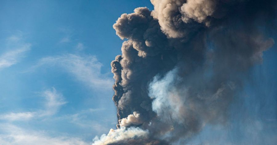 Eine Aschewolke ist während eines Ausbruchs des Ätna, dem größtem aktiven Vulkan in Europa, zu sehen.
