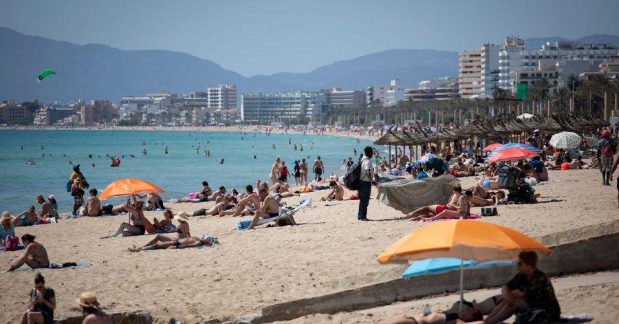 Touristen genießen die Sonne auf Mallorca.