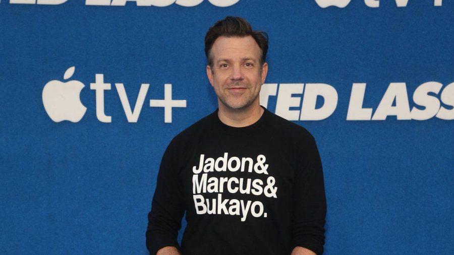 """Mit der Aufschrift """"Jadon & Marcus & Bukayo"""" auf seinem Shirt steht Jason Sudeikis drei englischen Nationalspielern zur Seite. (tae/spot)"""