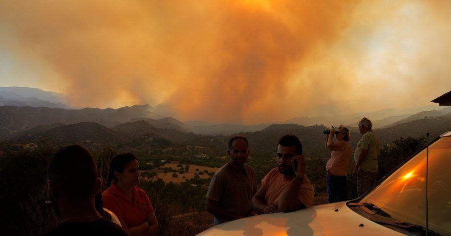 Anwohner beobachten ein Feuer in der Bergregion von Larnaca auf Zypern.