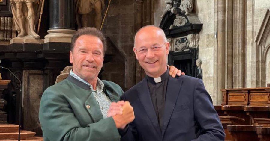 Arnold Schwarzenegger (l) und Dompfarrer Toni Faber im Stephansdom.