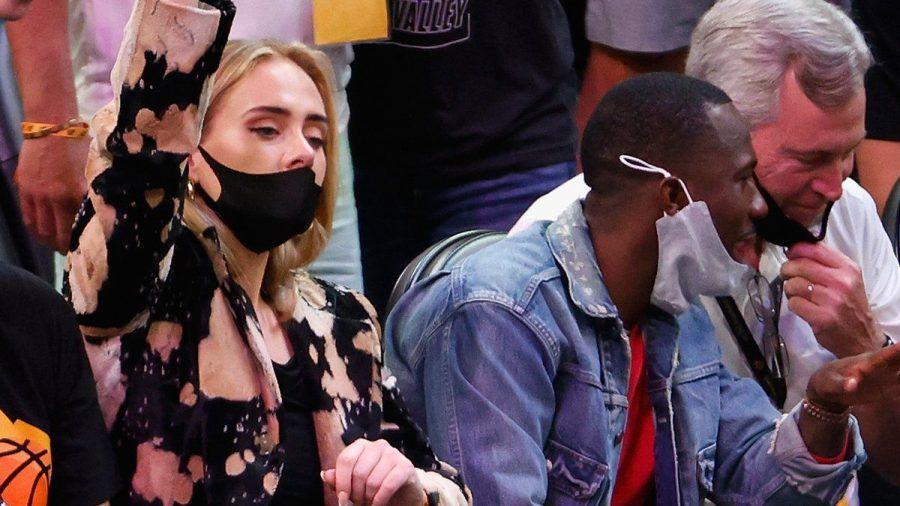 Adele jubelt bei einem NBA-Spiel. (hub/spot)
