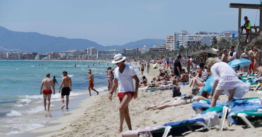 Touristen am Strand von Arenal in Palma de Mallorca auf.