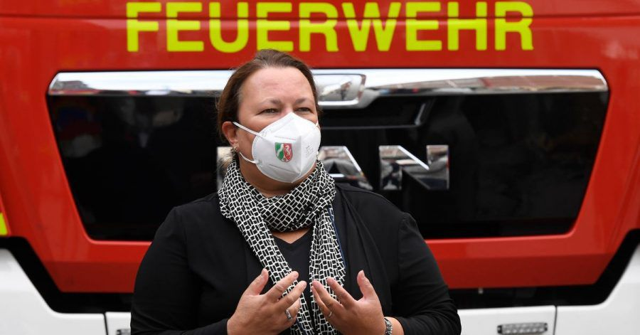 Die nordrhein-westfälische Umweltministerin Ursula Heinen-Esser bedankt sich bei der Werksfeuerwehr für ihren Einsatz bei der Explosionskatastrophe .