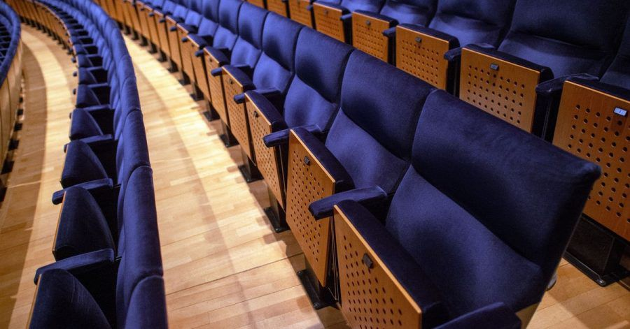 Leere Sitzreihen im Saal des Opernhauses des Theater Magdeburgs.