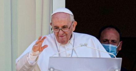 Papst Franziskus auf einem Balkon der Poliklinik.