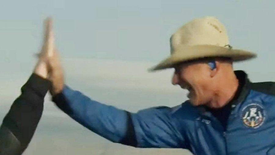 Jeff Bezos direkt nach seinem erfolgreichen Weltraumausflug. (wue/spot)