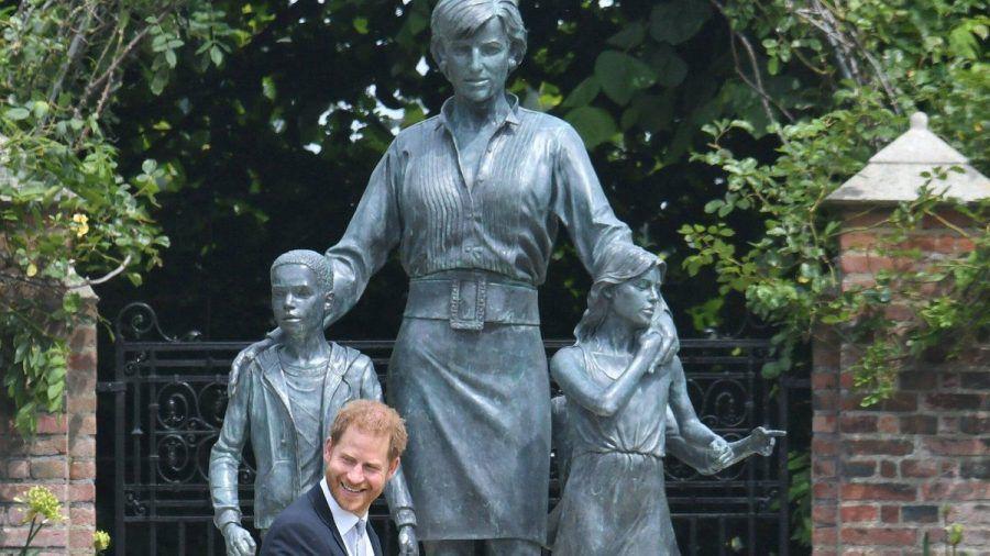 Prinz Harry am Donnerstag vor der neuen Statue, die seine verstorbene Mutter Diana zeigt. (hub/spot)
