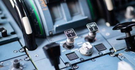 Das Cockpit eines Airbus A319 mit den beiden Knöpfen zum Anlassen der Triebwerke.